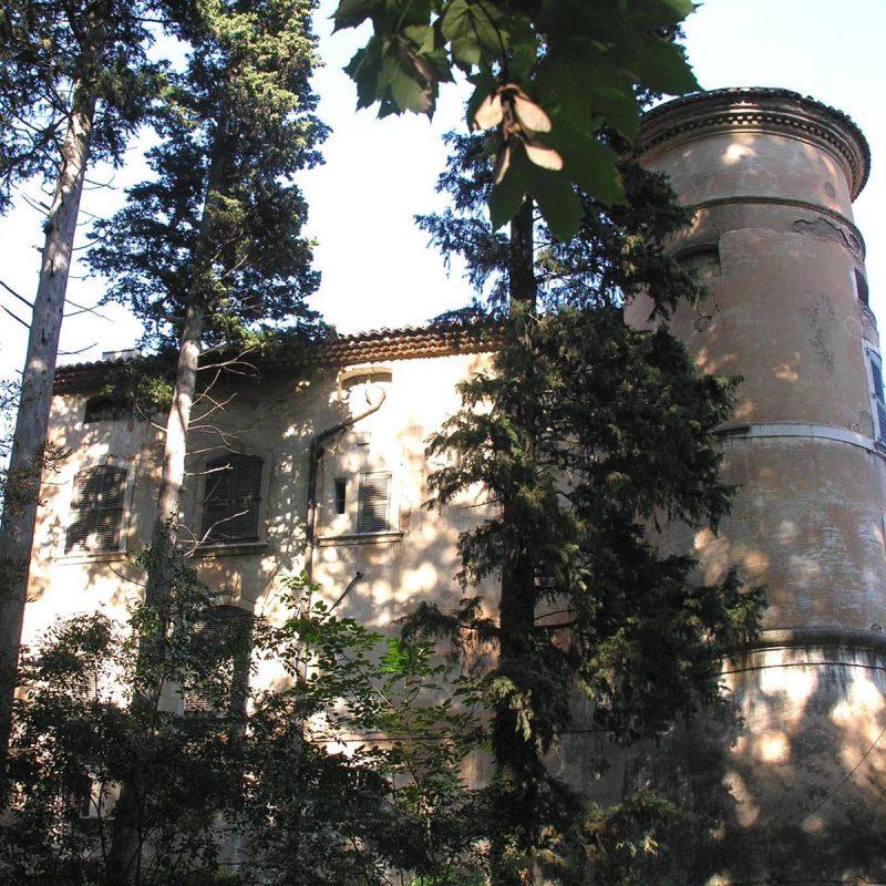 Pour apercevoir ce magnifique monument avec ses tours crénelées, il faut longer le Bondon, petit ruisseau affluant de la Cadière, sur quelques centaines de mètres.