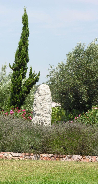 La Pierre Plantée orne le rond-point éponyme depuis 1997. C'est un monolithe de calcaire dont la signification reste un mystère.