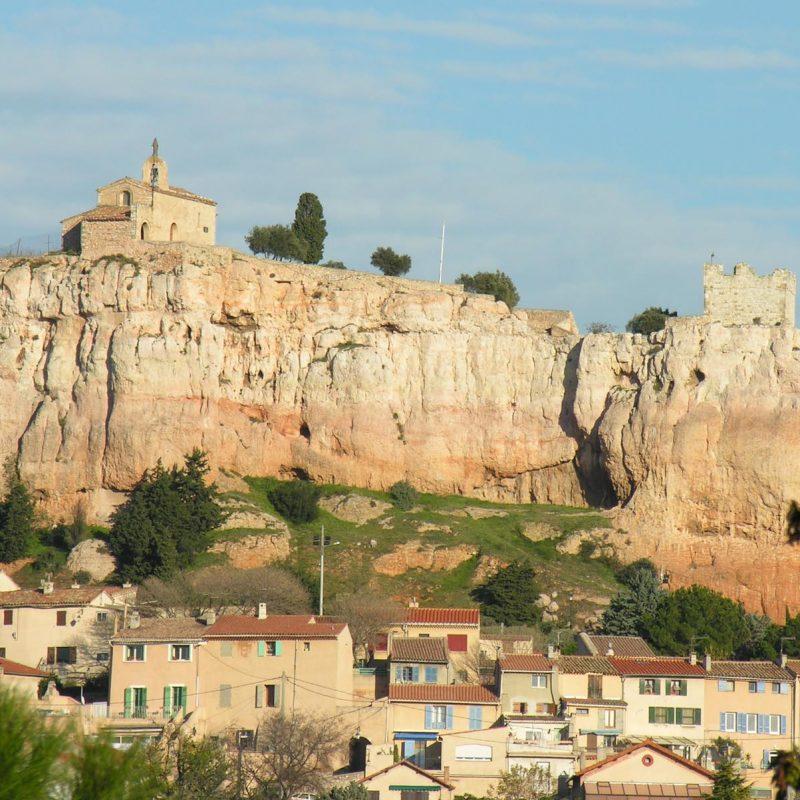 A partir du Vème siècle, le Rocher fut aménagé en forteresse afin de protéger la population contre les invasions barbares.
